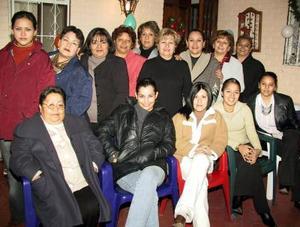 Mireya Juárez de García rodeada por un numeroso grupo de amigos y familiares el día que celebró su cumpleaños.