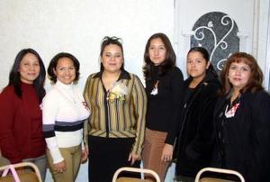 Idalia López Esquivel acompañada de sus amigas en la despedida de soltera que se le ofreció en días pasados