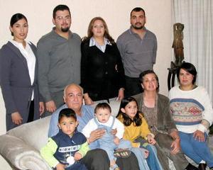 Luis Ángel Gonzpalez Zubiría y Virginia Gozález acompañados de sus  familiares en un convivio navideño