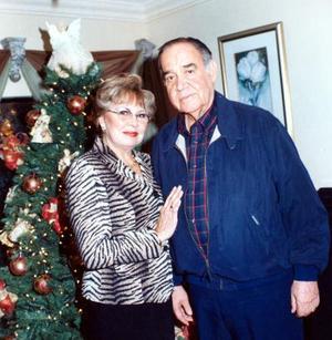 <u>03 de enero</u><p> Rosaura Rivera de Estrella y Sergio Estrella Ochoa en un festejo familiar con motivo de la navidad.