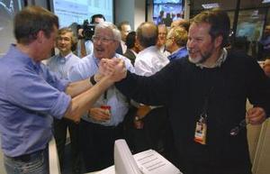 Los controladores de vuelo en el Laboratorio de Propulsión a Chorro de la NASA, en Pasadena, celebraron después de recibir la confirmación de que el Vehículo Ambulante de Exploración Marciana Spirit había aterrizado.