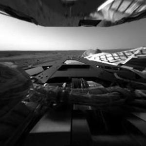 Las impactantes fotografías en blanco y negro fueron tomadas por el Spirit antes de que anocheciera en la frígida superficie marciana y retransmitidas a la Tierra por el orbitador Odyssey.