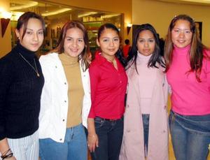Karla Gómez, Dámaris Espinoza, Jennifer Castillo, Alicia Alba y Jazmín Carrasco en un centro comercial.