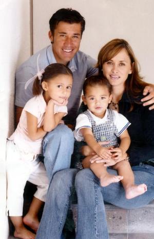 Nicolás Ramírez Ceceña y María del Pilar Alvarado de Ramírez con sus pequeños hijos Ana Sofía y Nicolás Ramírez Alvarado.