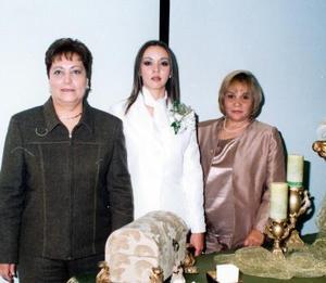 <u>04 de enero</u><p>  Marlen Romero Segura acompañada de las señoras Juanita Segura de Romero e Hilda Margarita Vaquera de Rangel organizadoras de su fiesta de despedida.