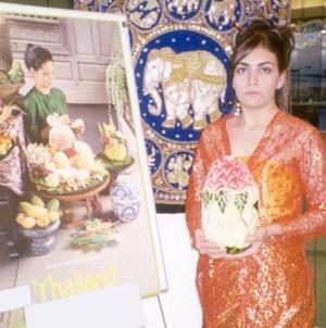 Claudia Partida luciendo un traje típico de Tailandia.