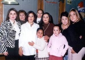 Margarita Castillo Aguilar acompañada de un grupo de asistentes a su fiesta de regalos realizada recientemente.