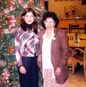 <u>04 de enero</u><p> Yolanda Ciseña de López festejó su cumpleaños en días pasados acompañada de su hija Adriana López de Gurrola.