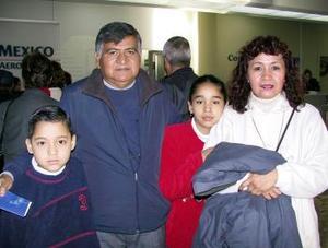 El sacerdote René Morales regresó a Morelia luego de visitar a su familia, lo despidieron Leonel, Irene y Lucero Aparicio Morales.