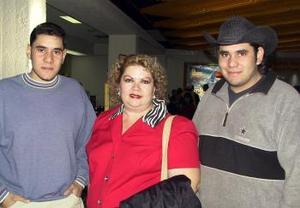 Ofelia de Escalera viajó a México en plan de paseo, fue despedida por sus hijos César y David Escalera