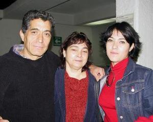 <u>04 de enero </u><p> Para tratar negocios relacionados con la nutrición  viajó a Cancún Janeth Flores. La despidieron Miguel Flores y Geno Acosta.