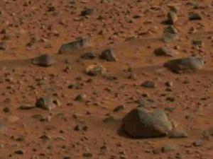 El robot arqueólogo Spirit se dirige por primera vez a un cráter marciano en busca de agua, energía o restos carbónicos que significarían posibilidades de algún tipo de vida en ese planeta, confirmó personal de la NASA.