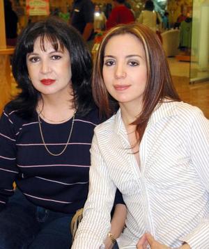 Lucero Gallardo de Aguilera y Lissa Aguilera, captadas en un centro comercial