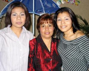 <u>06 de enero</u><p> Yadira Gidere Correa Rodríguez con María Evangelina Monárrez y Berenice Correa Rodríguez en su convivio de cumpleaños