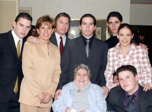 Guillermo, Malena, Memo, Carlos, Ricardo, y Ana Sofía junto a su abuelita Aurora Lavín