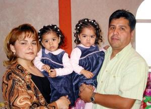 -Cristina y Alexandra Montoya Morales con sus papás Julio César Montoya y Aída  Morales de Montoya en la fiesta de cumpleaños que les organizaron
