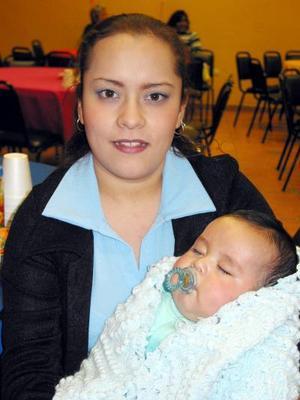Mayra Neave y su pequeño bebé Jesús captados en pasado festejo infantil.