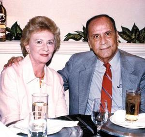 Peggy Brown de Valderrama y Francisco Balderrama Ruiz celebraron sus bodas de oro en el 2003.