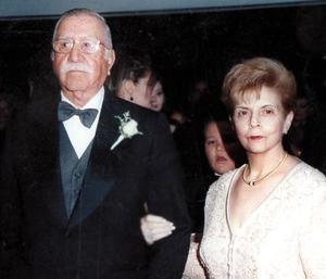 Salvador Álvarez y María Elena Cruz festejaron sus bodas de oro en el 2003.