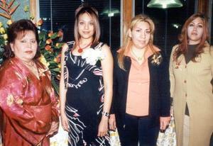 <u>07 de enero</u><p> La cercana contrayente Eugenia Medina acompañada de Ana María de Garza, María Eugenia de Medina y María del Rocío Ortiz González