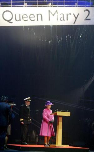 Ante más de dos mil invitados, la soberana británica lanzó el ya clásico botellazo de champán contra el casco del buque.