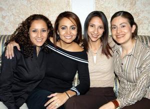 Carla Liliana Sosa Lugo en compañía de sus amigas en la despedida de soltera que le ofreceron en días pasados.