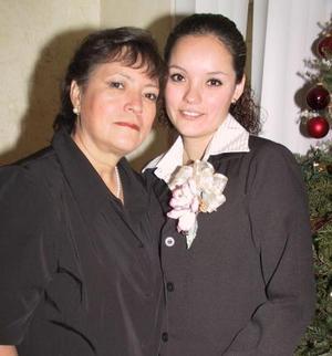 <u>08 de enero</u><p> Selene  Castañón con la organizadora de su despedida de soltera, Dora Elia Varela de Cabrera.