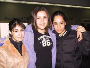 Macris Resati se trasladó a Canadá donde estudiará durante un año, la despidieron Begoña Zertuche e Ilse Esquivel.