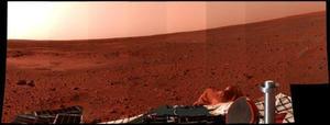 Última de las fotos panorámicas enviada por el robot spirit desde la superficie del planeta Marte.  La aparente curvatura que se observa en el horizonte es debida a la inclinación del robot.  A la izquierda se puede observar el Sleepy Hollow una superficie hundida de la superficie del planeta.