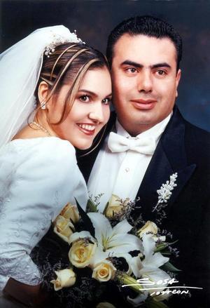C.P. José Luis Banda Flores y Dra. Martha Margarita Aguado Arzola recibieron la bendición nupcial en la parroquia de La Sagrafa Familia el 22 de noviembre de 2003.  <p> <i>Studio Sosa<i>