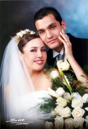 Sr. Javier Pimentel Chávez y Srita. Karla A. Armendáriz Velazco contrajeron matrimonio religioso en la capilla de San José el 27 de diciembre de 2003. <p> <i>Studio Sosa<i>