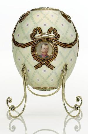 El último huevo Fabergé vendido en subasta, una pieza con 3.000 diamantes incrustados, alcanzó en abril de 2002 un precio de 9,5 millones de dólares en la firma Christie's. <u> Imagen: El huevo de la orden de San Jorge </u>