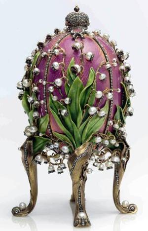 Esta firma de subastas, que estará encargada de la venta de los huevos y otras 180 piezas Fabergé de la colección Forbes los días 20 y 21 de abril, en Nueva York, indicó que existen en total 50 huevos imperiales en el mundo. <u> Imagen: Las lilies del valle </u>
