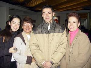 <u> 09 de enero </u> <p> Jorge González viajó a Mónaco a estudiar; lo despidieron en el aeropuerto Mónica González, Chacha de Hernández y Dora de González.