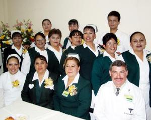 María Concepción Cervantes Pérez con sus compañeros de trabajo en un convivio por el Día de la Enfermera.
