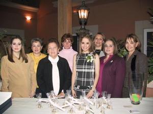 ILa festejada Verónica Tostado Viesca con las invitadas a su despedida de soltera.
