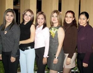 Blanca Vizcaya Hernández acompañada por un grupo de amigas en la despedida de soltera que le ofrecieron en días pasados por su cercano enlace con Luis Gerardo Martínez.