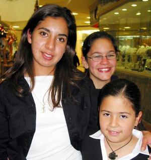 Naylbe y Nahir Sabag y Ana Schroeder en un centro comercial.