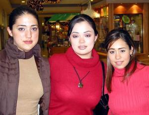Lorena Yarza, Alejandra Garza y Lizeth Gilbert en un restaurante.