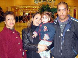 -Irma de Rodríguez, Rosario de Mata, Jessica Mata y Fernando Mata.