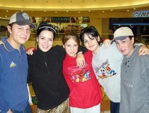 Fueron captadas en un centro comercial de la localidad, Roberto Velázquez, Karen Domínguez, Ana Rosa Quiroga, Lupita García y Verónica Luevano.