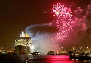 Ante una gran expectación y estrictas medidas de seguridad, el Queen Mary 2, con capacidad para 2.620 pasajeros, fue despedido con música y el saludo de varias embarcaciones que se congregaron para el acontecimiento.