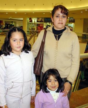 Adriana de Montenegro con sus hijas Adriana y Andrea Montenegro.
