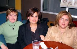 Consuelo de Jiménez, Ale Sosa y Carmen Rivera en una tarde de café.