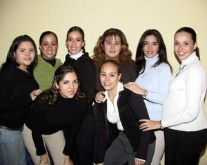 Margarita Tosca Castañeda rodeada de un grupo de amigas en la despedida de soltera que le ofrecieron por su cercano enlace con el señor Óscar Mauricio Marín.