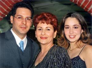 María Teresa Díaz Infante de Ramos con sus hijos Eduardo Carlos Corral Díaz Infante y María Teresa Corral de Piña.