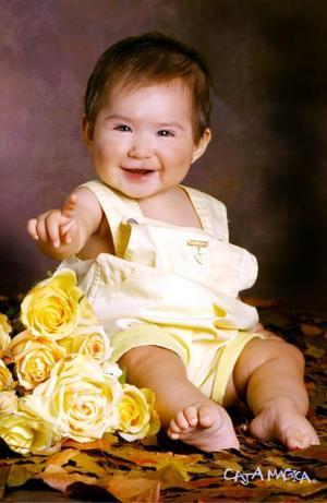 Niña Lorena Priscila Cisneros Medina en una fotografía de estudio con motivo de su primer cumpleaños.