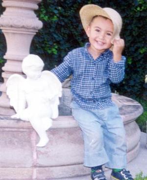 Niño Luis Alejandro de Alba Romero en una fotografía de estudio con motivo de su segundo cumpleaños