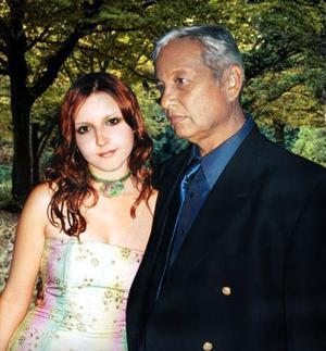Dra. Samia Karime Pacheco con su papá el Ing. Saúl Pacheco Casas. Ella se graduó de Médico Cirujano el 18 de diciembre de 2003.