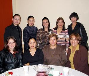 Eva Marcela Gamboa Ramírez acompañada de un grupo de amistades en el festejo pre nupcial que le ofrecieron en fecha reciente